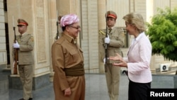 Iraq's Kurdistan region's President Massoud Barzani (L) welcomes German Defence Minister Ursula von der Leyen in Erbil, Iraq, Sept. 23, 2016.