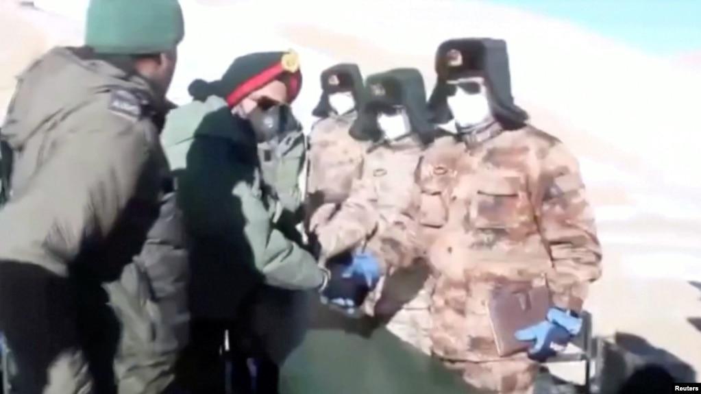 视频截图显示印度军队与中国军队从拉达克班公湖地区撤军过程景象。(2021年2月11日)(photo:VOA)