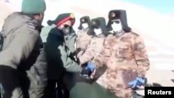 视频截图显示印度军队与中国军队从拉达克班公湖地区撤军过程景象。(2021年2月11日)