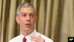 El secretario de Educación, Arne Duncan, dio a conocer la lista de universidades investigadas.