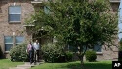 Các điều tra viên rời nhà của Micah Xavier Johnson ở ngoại ô Mesquite ở thành phố Dallas, Texas, hôm 8/7.
