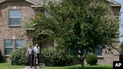 Les enquêteurs sortent de la maison de Micah Xavier Johnson dans la banlieue de Dallas, Texas, le 8 juillet 2016.
