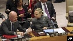 美国国务卿克林顿(右)与英国外相黑格1月31日在纽约