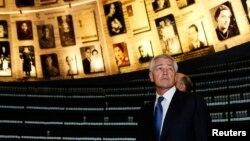 El Secretario de Defensa, Chuck Hagel, observa fotos del holocausto a su llegada a l museo de histoira de Jerusalén.