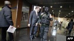 Милиционеры покидают московский офис «Дойче Банка». Россия. 2 февраяля 2011 года