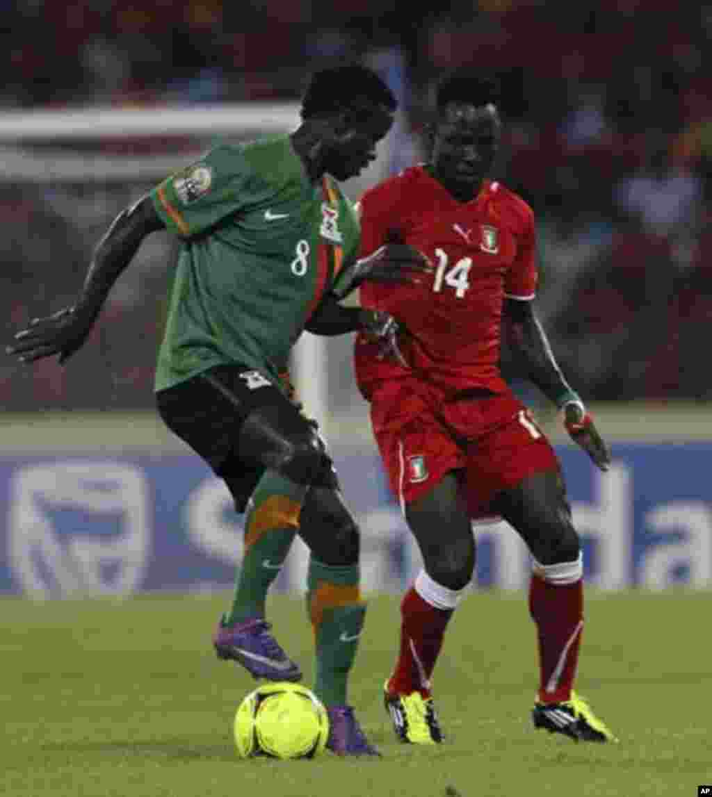 Ben Esono Konate (R) of Equatorial Guinea fights for the ball with Isaac Chansa of Zambia during their African Nations Cup soccer match in Malabo January 29, 2012.