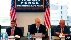 川普和美国退役中将弗林(左)、退役中将凯洛格等人讨论国家安全(2016年8月17日)