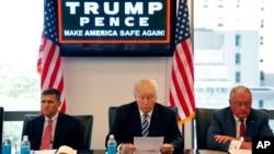 川普和美國退役中將弗林(左)、退役中將凱洛格等人討論國家安全(2016年8月17日)