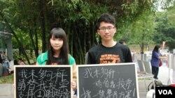 學民思潮成員在中文大學會場外展示標語,呼籲佔中商討日三參與者投票支持學界平等方案