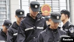 Penjagaan ketat dikerahkan di sekitar gedung pengadilan Hefei di propinsi Anhui (10/8). Empat pejabat kepolisian Tiongkok diadili atas tuduhan berupaya membantu istri Bo Xilai menutupi pembunuhan seorang pengusaha Inggris.