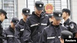 8月10日安徽合肥的一家法院外值班的警察换岗