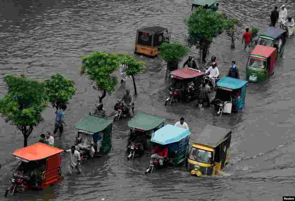 لاہور میں بارشوں سے شہر کا نظام درہم برہم ہوگیا اور ذرائع نقل و حمل بھی متاثر ہوئے بغیر نہ رہ سکے۔ رکشا اور موٹر سائیکل سے سفر کرنے والوں کو سخت پریشانی کا سامنا کرنا پڑا۔