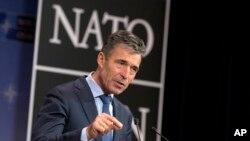 Sekjen NATO, Anders Fogh Rasmussen memberikan keterangan kepada pers di markas besar NATO di Brussels, Rabu (25/6).