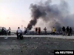 Las personas observan cómo se eleva el humo después de una explosión en Beirut, Líbano, 4 de agosto de 2020.