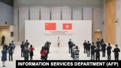 香港政府發布的照片顯示,特首林鄭月娥在政府中心聽取香港政府官員效忠港府的宣誓。 (2020年12月16日)