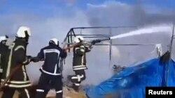 敘利亞北部伊德利卜省塞爾邁達附近一處難民營在空襲中起火。