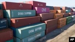រូបឯកសារ៖ កុងតឺណ័ររបស់ក្រុមហ៊ុនចិន China Shipping Company និងក្រុមហ៊ុនផ្សេងទៀតនៅកំពង់ផែអន្តរជាតិក្រុង Portsmouth រដ្ឋ Virginia សហរដ្ឋអាមេរិកកាលពីថ្ងៃទី១០ ខែឧសភា ឆ្នាំ២០១៩។