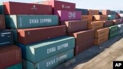 2019年5月10日星期五堆放在維吉尼亞州朴茨茅斯碼頭上的中國海運公司集裝箱。