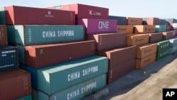 Çin malları ilə dolu gəmi konteynerləri ABŞ-ın Portsmouth, Virciniya limanında qalaqlanıb. Yüksək tariflər cümə günü qüvvəyə minib.