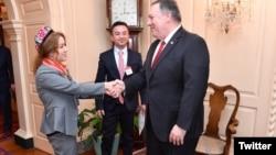 美国国务卿蓬佩奥与米娜握手(2019年3月26日) (图片来自蓬佩奥推特)