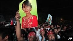 緬甸民主派支持者在4月1日集會慶祝國會補選勝利