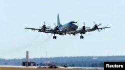 Pesawat Korea P-3 Orion lepas landas dari Pangkalan Angkatan Udara Australia (RAAF) Base Pearce dalam upaya pencarian Malaysia Airlines MH370, dekat Perth (28/3).