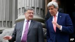 Ngoại trưởng Hoa Kỳ John Kerry (phải) và Tổng thống Ukraine Petro Poroshenko sau một cuộc họp ở Kyiv, Ukraine, ngày 7 tháng 7 năm 2016.
