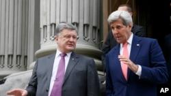 លោក John Kerry រដ្ឋមន្រ្តីការបរទេសសហរដ្ឋអាមេរិក (រូបស្តាំ) និងលោកប្រធានាធិបតី Petro Poroshenko ជជែកគ្នាបន្ទាប់ពីកិច្ចប្រជុំមួយនៅក្នុងក្រុង Kyiv ប្រទេសអ៊ុយក្រែន កាលពីថ្ងៃទី៧ ខែកក្កដា ឆ្នាំ២០១៦។