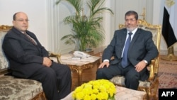 2012年11月22日﹐埃及總統穆爾西(右)與首席檢察官塔拉阿特.阿卜杜拉會面。(資料圖片)