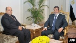 埃及总统府发布的照片显示穆尔西和塔拉特•阿卜杜拉在一起