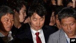 지난해 9월 한국 국회가 통합진보당 소속 이석기 의원(가운데)에 대한 체포동의안을 채택한 가운데, 이 의원이 희의장에서 강제구인되고 있다.