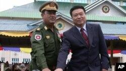 신임 북한 주재 중국대사로 내정된 리진쥔 중국 공산당 대외연락부 부부장(오른쪽). 사진은 지난 2005년 6월 미얀마 대사 시절. (자료사진)