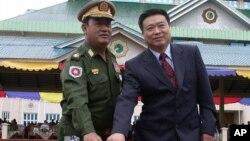 리진쥔 신임 북한 주재 중국대사(오른쪽)의 지난 2005년 미얀마 대사 시절 모습. (자료사진)