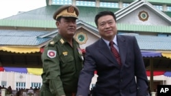 리진쥔 신임 북한 주재 중국대사(오른쪽). 사진은 지난 2005년 6월 미얀마 대사 시절.