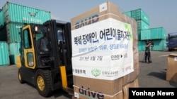 한국 대북지원단체가 북한으로 보내는 장애인.어린이 지원 물품이 1일 인천에서 컨테이너에 실리고 있다.