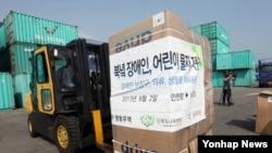한국의 대북지원 민간단체인 '푸른나무'가 지난해 8월 북한으로 보내는 장애인.어린이 지원 물품을 컨테이너에 실고 있다. 푸른나무'는 오는 10월 열리는 인천 장애인 아시안게임에 북한 선수단이 참가할 수 있도록 '남북체육교류협회'와 협력하기로 했다고 8일 밝혔다.