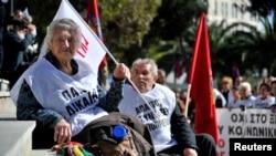 Pasangan manula Siprus ikut berunjuk rasa dengan duduk di tangga kantor Menteri Keuangan Siprus di Nicosia, 8 Februari 2013 (Foto: dok). Ratusan Pekerja Siprus dilaporkan mogok kerja, memprotes rencana swastanisasi listrik di negara itu, Jumat (14/2).