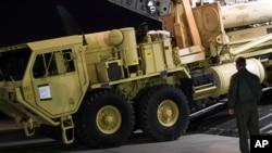 美军卡车运载萨德导弹防御系统的部件抵达韩国平泽的乌山空军基地。(资料照片)