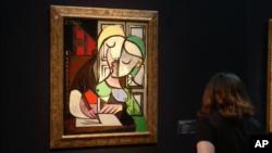 ماری-تریس والتر معشوقه و منبع الهام پیکاسو در این تابلو اندامی قوس دار، موهای طلایی، و لبهایی قرمز دارد