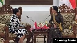 Menlu Retno Marsudi (kiri) dalam pertemuan dengan pemimpin Aung San Suu Kyi di Myanmar, Senin 4/9 (Foto courtesy: Kementerian Luar Negeri RI).