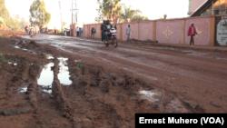 Circulation timide vendredi matin à Bukavu pendant la journée sans vehicule decretée, le 23 mars 2018. (VOA/Ernest Muhero)