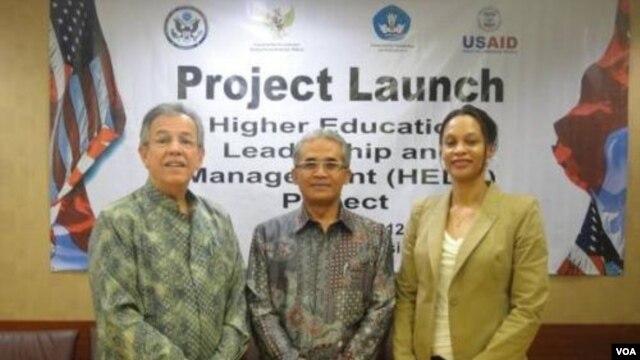 Dari kiri: Direktur USAID Jakarta Glenn Anders, Deputi Menko Kesra Agus Sartono, dan Direktur Program Pendidikan USAID Margaret Sancho (27/1).