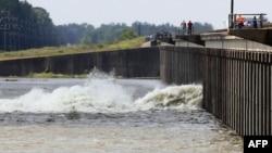 Nước lụt của sông Mississippi tràn qua 1 vịnh ở Morganza, La, 14/5/2011