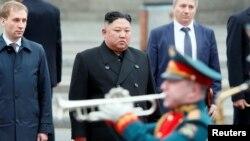 Chủ tịch Triều Tiên Kim Jong Un dự lễ chào đón khi tới ga tàu của thành phố cảng viễn đông Vladivostok của Nga hôm 24/4. Ông Kim sẽ có các cuộc thảo luận với Tổng thống Putin trong chuyến thăm này.
