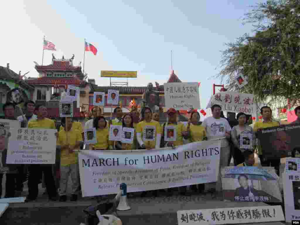人权日游行从洛杉矶华埠孙中山铜像前开始(美国之音容易拍摄)
