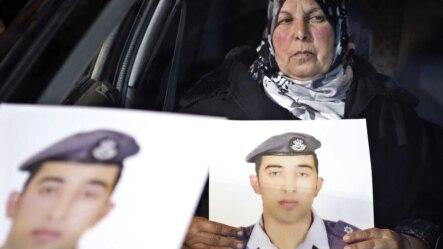 Mẹ của viên phi công bị Nhà nước Hồi giáo bắt giam cầm ảnh con trong một cuộc biểu tình ngồi trước văn phòng nội các ở Amman.