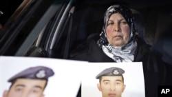 이슬람 수니파 무장조직 ISIL에 억류된 무아스 알카사스베 중위의 어머니가 27일 요르단 암만에서 아들의 사진을 들고 있다.