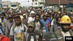 Para karyawan PT Freeport melakukan unjuk rasa menuntut kenaikan upah di Timika, Papua (10/10/2011). Freeport bekerja dengan Newmont Nusa Tenggara berencana membangun smelter (pabrik pemurnian mineral) di Gresik.
