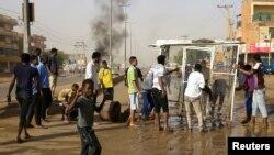Les manifestants soudanais érigent une barricade dans une rue et exigent que le Conseil militaire transitoire du pays transfère le pouvoir aux civils à Khartoum, le 3 juin 2019.