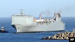 지난 7월 이탈리아 남부 지오이아타우로항에 도착한 미군 수송함 MV 케이프레이호. 케이프레이호는 지중해 공해상에서 시리아에서 반출한 화학무기를 해체하는 작업을 진행했다.
